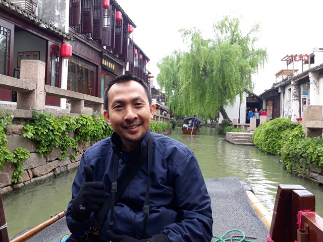Berwisata di Water Town Zhouzhuang, China