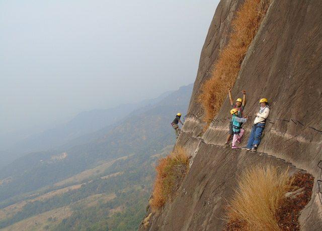 Rock climbing seru di Gunung Parang, Purwakarta